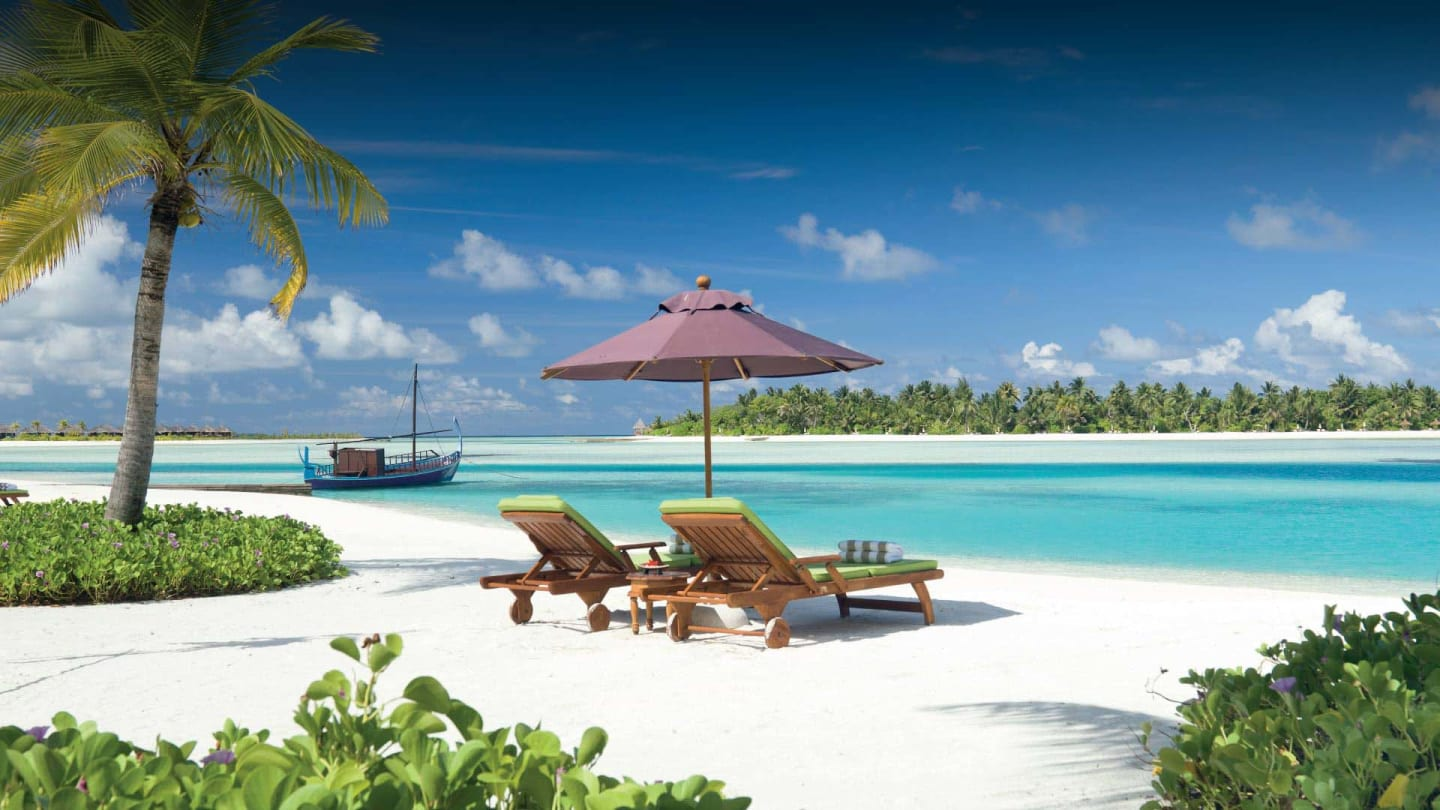 https://assets.minorhotels.com/image/upload/q_auto,f_auto/media/minor/anantara/images/naladhu-private-island-maldives/the-resort/desktop-banner/naladhu_private_island_beach_and_lagoon_header_1920x1080.jpg
